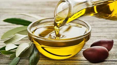 Olive Oil Olive oil is an antioxidant that fights off the oxidation that creates free radicals, which cause damage that can lead to skin cancer. It's also rich in vitamins A, D, E and K which can help with psoriasis or eczema. Olive oil is often used to fight bacterial infections on the skin.